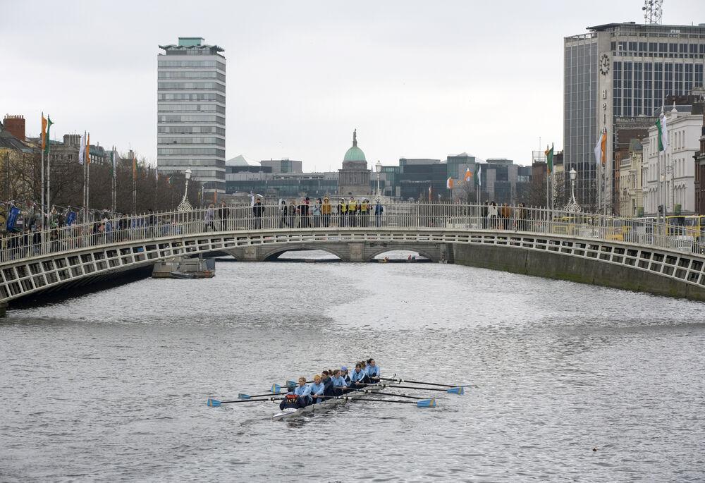 L'Ha'penny Bridge sul fiume Liffey a Dublino
