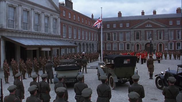Le truppe schierate al castello di Dublino in Michael Collins